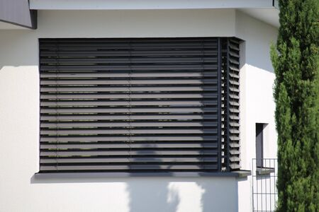 Okno z nowoczesną roletą, ujęcie zewnętrzne