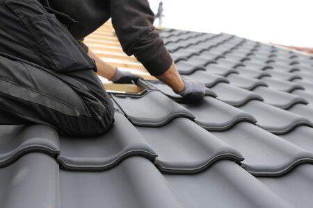 Neue Dacheindeckung in Arbeit
