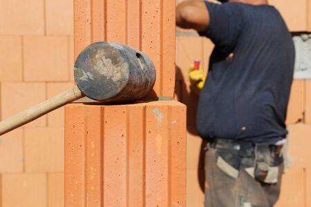 Bricklayer at work Imagens