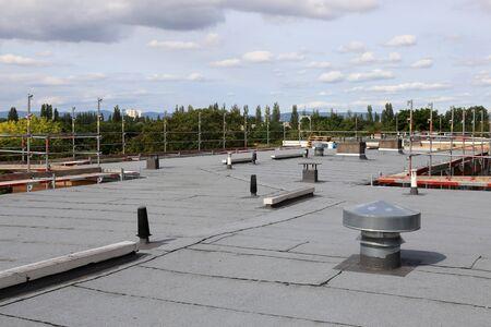 Professionelle Flachdachabdichtung eines großen Daches