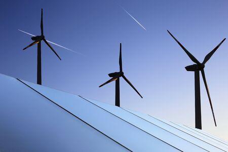 Park słoneczny z turbinami wiatrowymi w tle Zdjęcie Seryjne