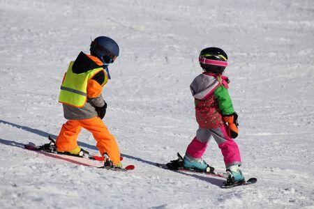 Children in the skiing course Standard-Bild