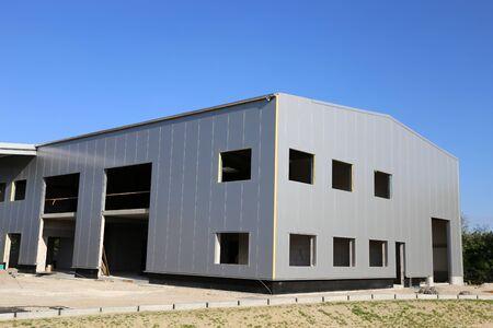 Bâtiment commercial, halle commerciale en construction