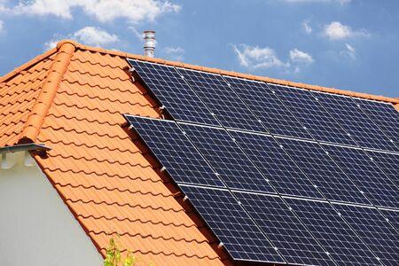 Einfamilienhaus mit Solaranlage bzw. Photovoltaikanlage Standard-Bild