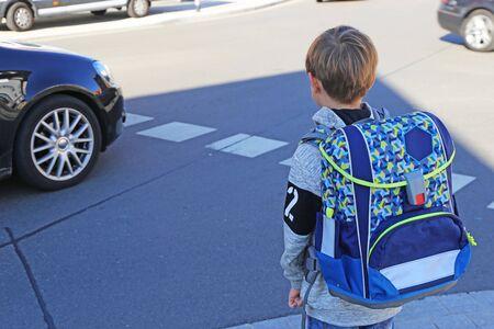 Schoolchild on the way to school Standard-Bild