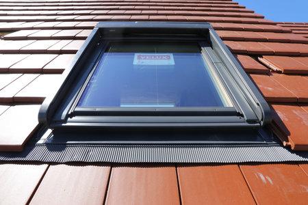 """Neues Dachfenster des Herstellers """"Velux"""" an einem neu eingeckten Ziegeldach"""