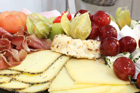Catering: Cold plate with cheese, ham and grapes