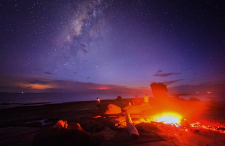 under fire: fuego de campamento bajo la vía láctea