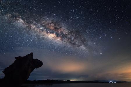 Milky way galaxy at Kudat Sabah Malaysia. (Zichtbare ruis door hoge ISO, zachte focus door ondiepe DOF, lichte bewegingsonscherpte)
