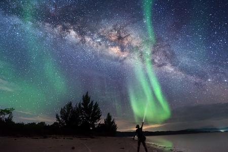 Galassia della Via Lattea con luce verde per lo sfondo. messa a fuoco morbida e rumore dovuto alla lunga esposizione e agli alti iso.