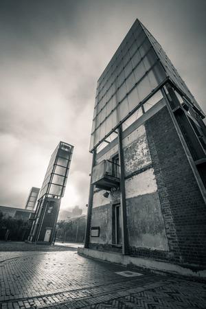 Gebäude gegen den dramatischen Himmel Standard-Bild - 28463486