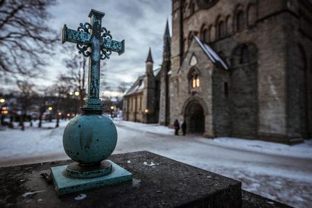 Ein Kreuz vor einer Kirche in Norwegen fotografiert