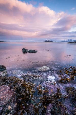 Am frühen Morgen Foto von einer malerischen Seenlandschaft in Sommaroy, Norwegen