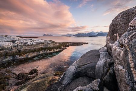 Am frühen Morgen Foto von einer malerischen Seenlandschaft in Sommaroy, Norwegen Standard-Bild - 29688565