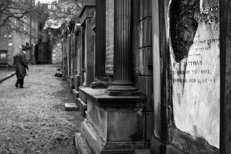 An spooky black and white photograph taken in the graveyard close to the Edinburgh castle in Scotland. Standard-Bild