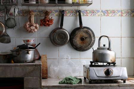 habitacion desordenada: Cocina muy sucia