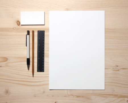 Blanco briefpapier nog steeds leven met visitekaartjes pen, potlood en liniaal
