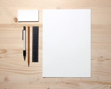 papeleria: Papel en blanco todav�a la vida con la pluma tarjetas de negocio, l�piz y una regla