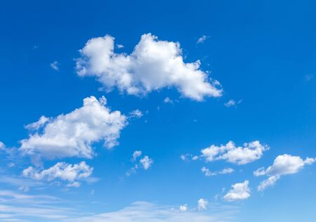 Cloudscape Blue sky with large white clouds. Beautiful big clouds slowly float against the blue sky. Imagens