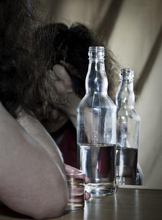 alcoholismo: Consumo de bebidas alcoh�licas para reflejar Foto de archivo