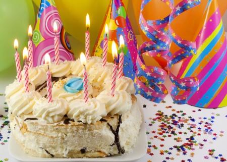 velas de cumpleaños: Torta de cumpleaños Foto de archivo