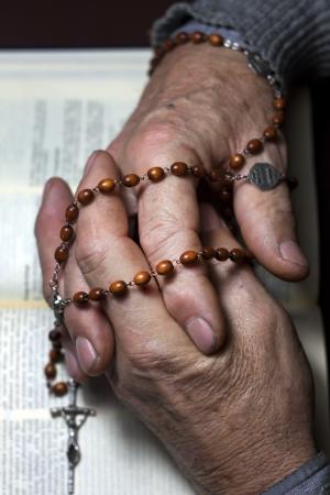 prayer hands: Bibbia e le mani di preghiera Archivio Fotografico