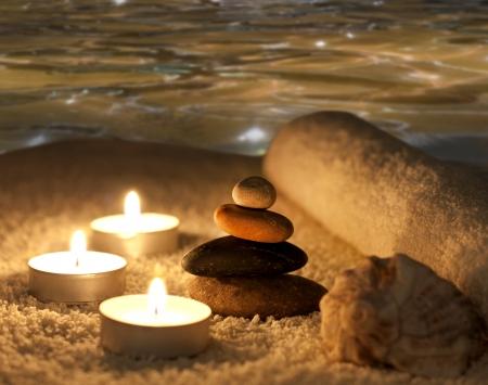 kerzen: Spa-Nacht-Konzept mit Steinen