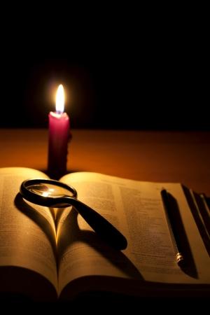 holiday prayer book: Biblia y buscar lupa de Dios