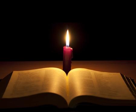 biblia: Biblia y una vela de fondo