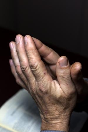 manos orando: manos en oraci�n y la Biblia
