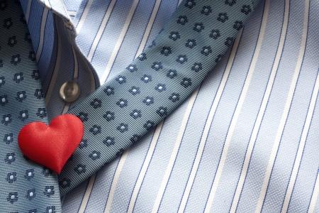 suffocating: amore soffocante, camicia cuore e il concetto cravatta Archivio Fotografico