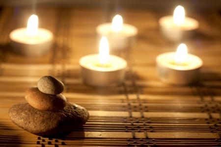 incienso: spa de piedras y velas en la noche de fondo Foto de archivo