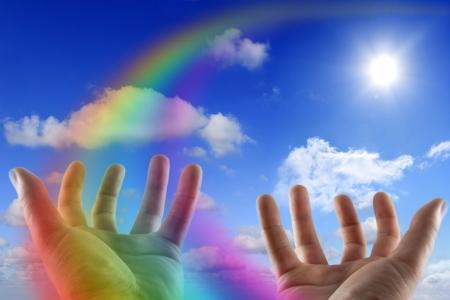 Rainbow mains vides sur le ciel Banque d'images