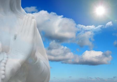 angel de la guarda: la oración y los rayos del sol de fondo la religión abstracta Foto de archivo