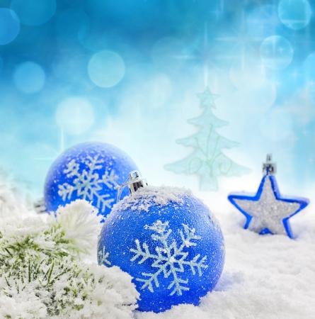 Weihnachten Zweig der Baum blauen Kugeln und Schnee Hintergrund