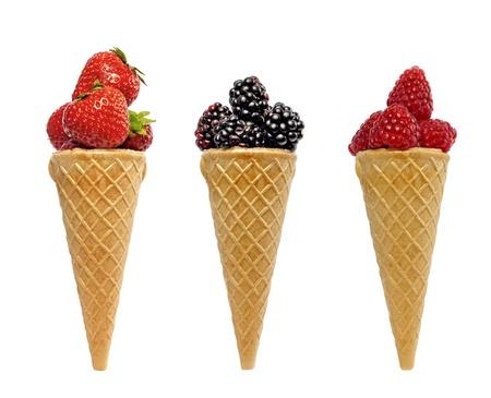 gofres: helado de cucurucho con bayas concepto de frutos aislados Foto de archivo