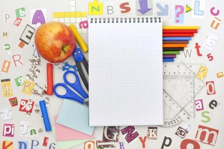 escuela primaria: Escuela de formación educativa con el cuaderno en blanco