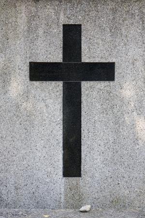 grunge cross: Vecchio grunge croce sulla tomba di cemento