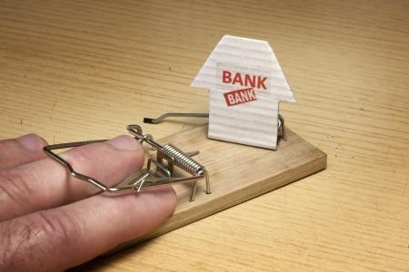 mousetrap: Mano di uomo colto in set trappola per topi da parte della banca Archivio Fotografico