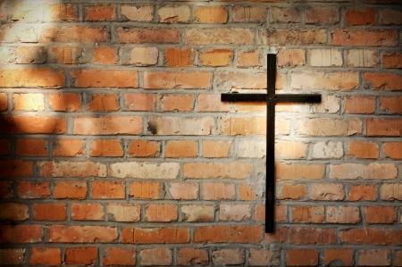 memorial cross: Cruz y el grunge muro en el cementerio de fondo abstracto Foto de archivo