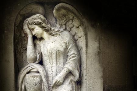 angel de la guarda: Ángel en la tumba en el cementerio viejo Foto de archivo