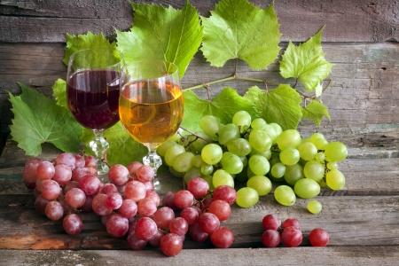 Copa de vino y uvas en viejas tablas de madera Foto de archivo - 15470527
