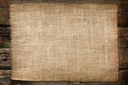 hemp: Burlap jute canvas vintage background auf Holzbrettern Lizenzfreie Bilder