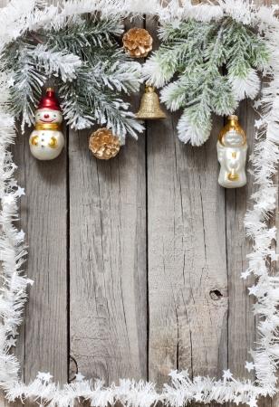 campanas navidad: �rbol de Navidad baubles fondo sobre tablas de madera de �poca Foto de archivo