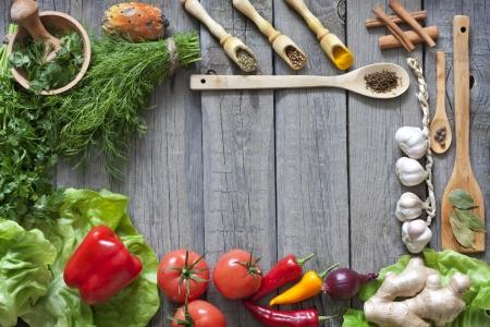 cocina saludable: Las verduras y las especias fronteras vendimia y tabla de corte vac�a