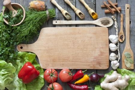 dieta sana: Las verduras y las especias fronteras vendimia y tabla de corte vac�a