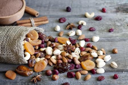 frutos secos: Nueces de chocolate frutas secas y dulces fondo Foto de archivo