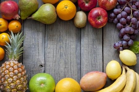mango fruta: Frutas frescas en el fondo de madera tableros de estructura