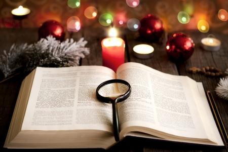 historias biblicas: Navidad y la biblia con el fondo borroso de luz velas