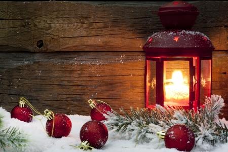 advent: Kerst lantaarn met ballen op sneeuw vintage achtergrond